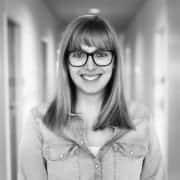 Lucia Kockovska von LinkedIn Austria mit Brille und Lächeln