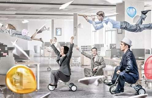 Innovative Mitarbeiter werden verrückt und fahren mit Dreirad