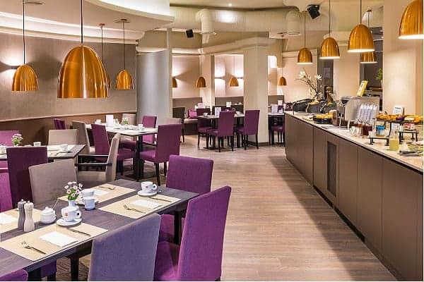 Ramada Restaurant mit violetten Sessel Tische sind gedeckt