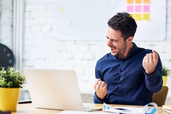 Mann freut sich über Möglichkeiten zur digitalen Weiterbildung