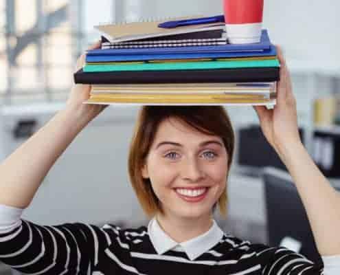 junge frau balanciert akten und symbolisiert work-life-balance und work-life-integration.