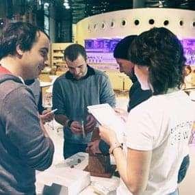 Team baut aus Lebkuchen-Bausatz ein kreatives Lebkuchenhaus