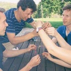 Team baut aus Spaghetti, einem Stück Schnur und einem Marshmallow einen möglichst hohen Turm