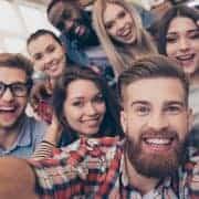 Gruppe von jungen Leuten macht Selfie um unique selling point zu repräsentieren
