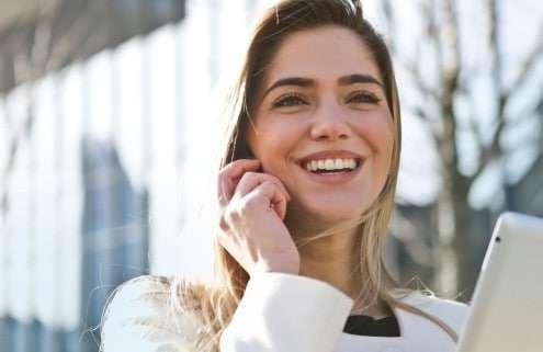 Junge Frau sucht Berufe der Zukunft