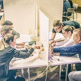 Team versucht Rätsel zu lösen, um sich aus Handschellen zu befreien