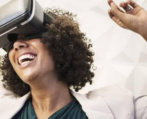 Frau freut sich über Innovation