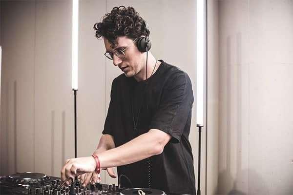 DJ bei Workflow Musik bei der Arbeit