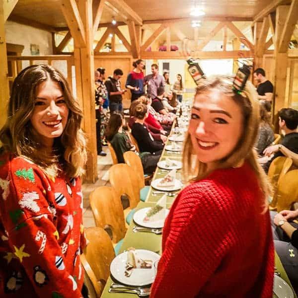 Gedeckter Tisch auf Weihnachtsfeier