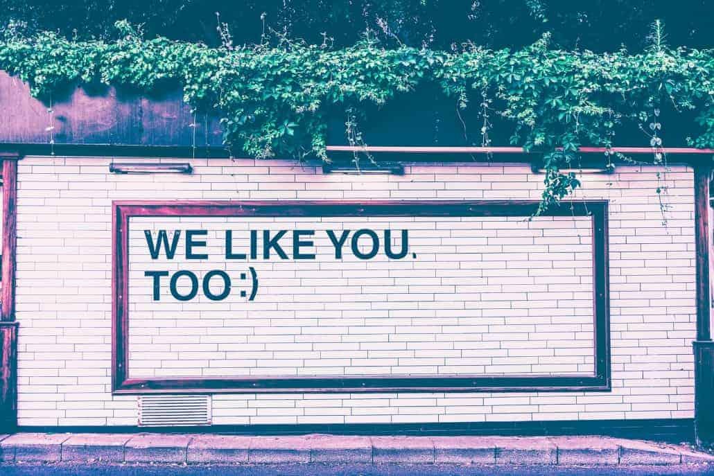 """Wand mit Aufschrift """"We like you too"""" als Symbol für gutes Feedback / Mitarbeitergespräche"""