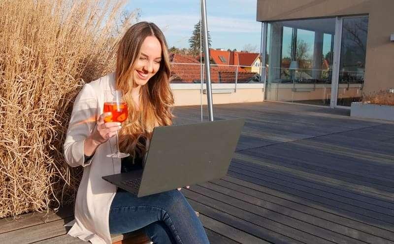 Mit Spitzer auf Terrasse beim After-Work Event