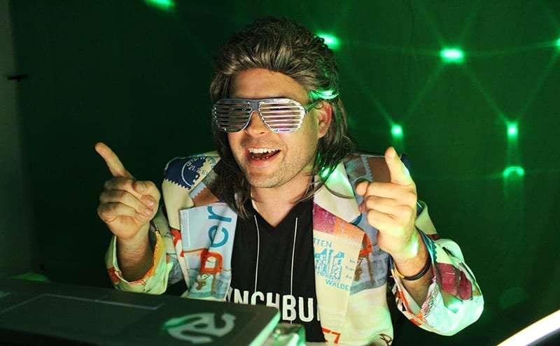 Online DJ für virtuelle Party mit deinem Team